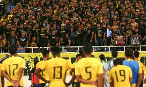 CĐV Malaysia hát vang an ủi đội nhà