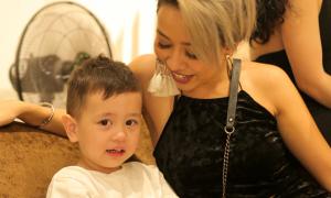 Thảo Trang đưa con trai đi xem thời trang