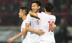 Cầu thủ Việt Nam ôm nhau ăn mừng