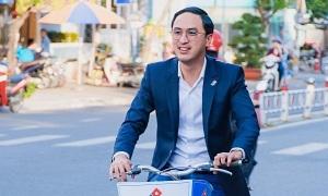 Louis Nguyễn đạp xe khai trương cửa hàng pizza mới