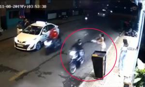 Cô gái ngã nhào vì bị cướp túi xách