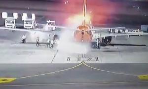 Máy bay chở 196 người bốc cháy khi vừa hạ cánh