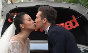 Hoàng Oanh và chồng Tây vui đùa trước tiệc cưới