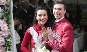 Chú rể Tây diện áo dài đôi với Hoàng Oanh