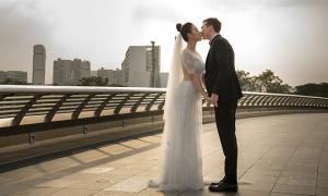 Vợ chồng Hoàng Oanh nắm tay đi dạo trước hôn lễ