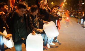 CĐV xách can nhựa, mâm ra đường mở tiệc