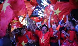 Người hâm mộ vỡ òa khi U22 Việt Nam giành chiến thắng