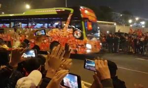 Người hâm mộ reo hò đón hai đội tuyển bóng đá