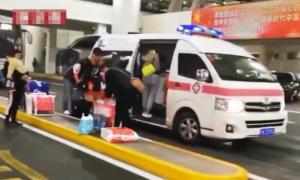 Quan chức sân bay gọi xe cứu thương đón bạn