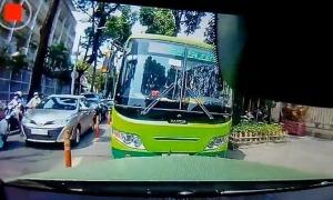 Xe buýt chạy ngược chiều bị ôtô ép đi đúng đường