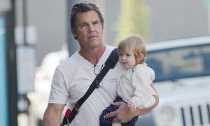 'Thanos' Josh Brolin bế con gái đi tập gym