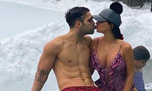 Fabregas và vợ mặc đồ bơi hôn nhau giữa trời tuyết