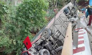 Xe khách chở 30 người gặp nạn