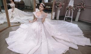 Váy cưới gần 1 tỷ đồng lấy cảm hứng từ đóa hồng Ecuador
