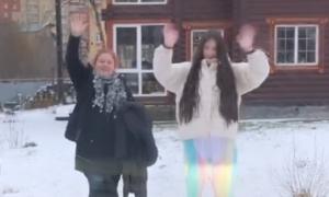 Mẹ và em gái ném tuyết tạm biệt Văn Lâm