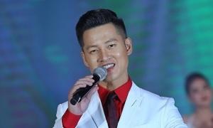 Đức Tuấn diện 'cây' vest hát mừng sinh nhật 30 tuổi HDBank