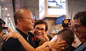 Người hâm mộ ôm thầy Park ở sân bay