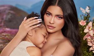 Con gái 2 tuổi quay quảng cáo với Kylie Jenner