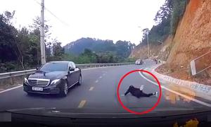 Cặp đôi ngã trước mũi ôtô khi đổ đèo bằng xe tay ga