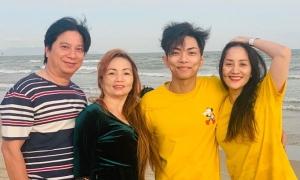 Khánh Thi đưa bố mẹ chồng đi tắm biển