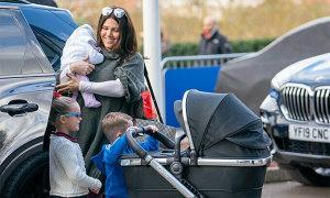 Vợ Vardy đưa con mới sinh tới sân