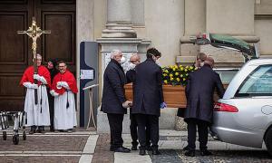 Thành phố Italy một tiếng tổ chức hai đám tang
