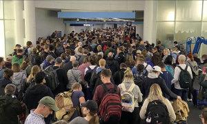 Dòng người chờ nhập cảnh ở sân bay Mỹ