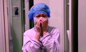 Y tá bật khóc khi bệnh nhân chào tạm biệt