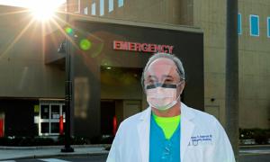 Bác sĩ Mỹ kêu gọi dân nhường khẩu trang