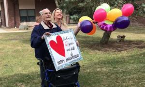 Vợ chồng kỷ niệm 67 năm ngày cưới qua cửa sổ