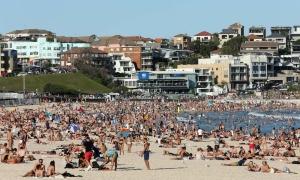 Bãi biển Sydney đông nghịt bất chấp Covid-19