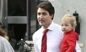 Thủ tướng Canada vừa làm việc từ xa vừa chăm con