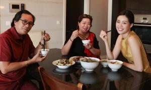 Khánh Vân học nấu ăn khi ở nhà tránh dịch