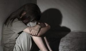 Kẻ hiếp dâm bé 9 tuổi bị lôi ra từ gầm giường