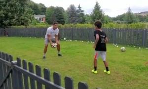 C. Ronaldo tập bóng cùng con trai