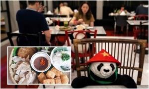 Nhà hàng Việt ở Bangkok cho khách dùng bữa với gấu bông