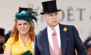 Lý do Hoàng tử Andrew và vợ cũ vẫn sống chung