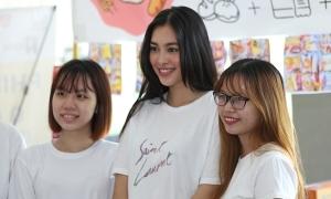 Tiểu Vy tham gia phiên chợ sinh viên