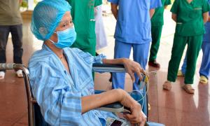 'Bệnh nhân nặng nhất miền Bắc' ngồi xe lăn ra viện