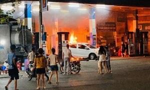 Ôtô, xe máy bốc cháy tại cây xăng