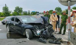 Ôtô 5 chỗ tông dải phân cách