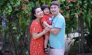 Con trai Lê Khánh hơn 1 tuổi đã mê sách