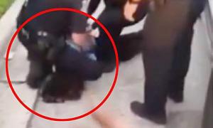 Thêm cảnh sát bị đình chỉ vì ghì cổ người da đen