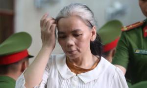 Nữ bị cáo vụ 'nữ sinh giao gà' đầu bạc trắng