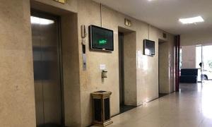 Thạc sĩ 60 tuổi bị nghi dâm ô bé trai trong thang máy