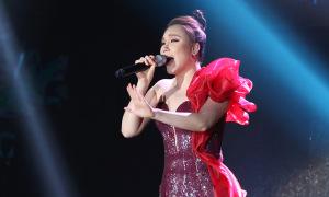 Hồ Quỳnh Hương biểu diễn thăng hoa