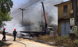 Ôtô bùng cháy vì vướng dây điện