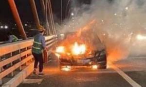 Xe Mercedes bốc cháy trên cầu