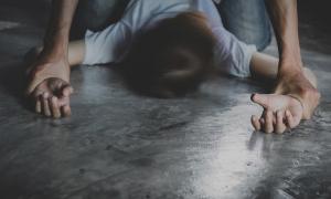 Cụ bà sốc chết khi chứng kiến ba cháu bị cưỡng hiếp