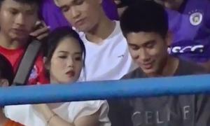 Tình cũ Quang Hải đi xem bóng đá cùng cầu thủ Viettel